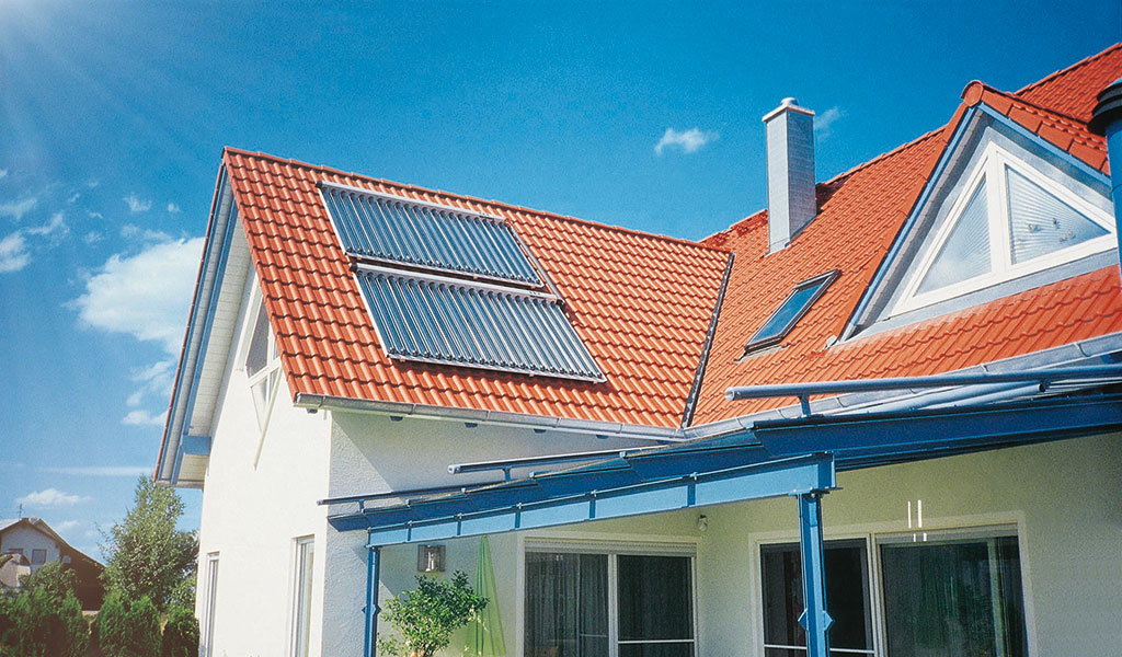 Solarheizung mit Röhrenkollektor auf dem Dach